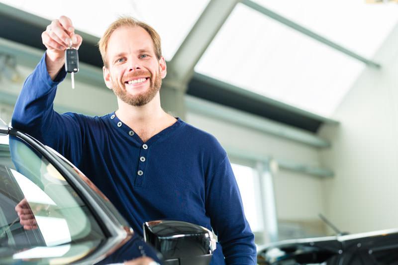 Schlüsseldienst-Techniker öffnet ein Auto