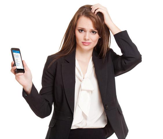 Frau erhält SMS Spam